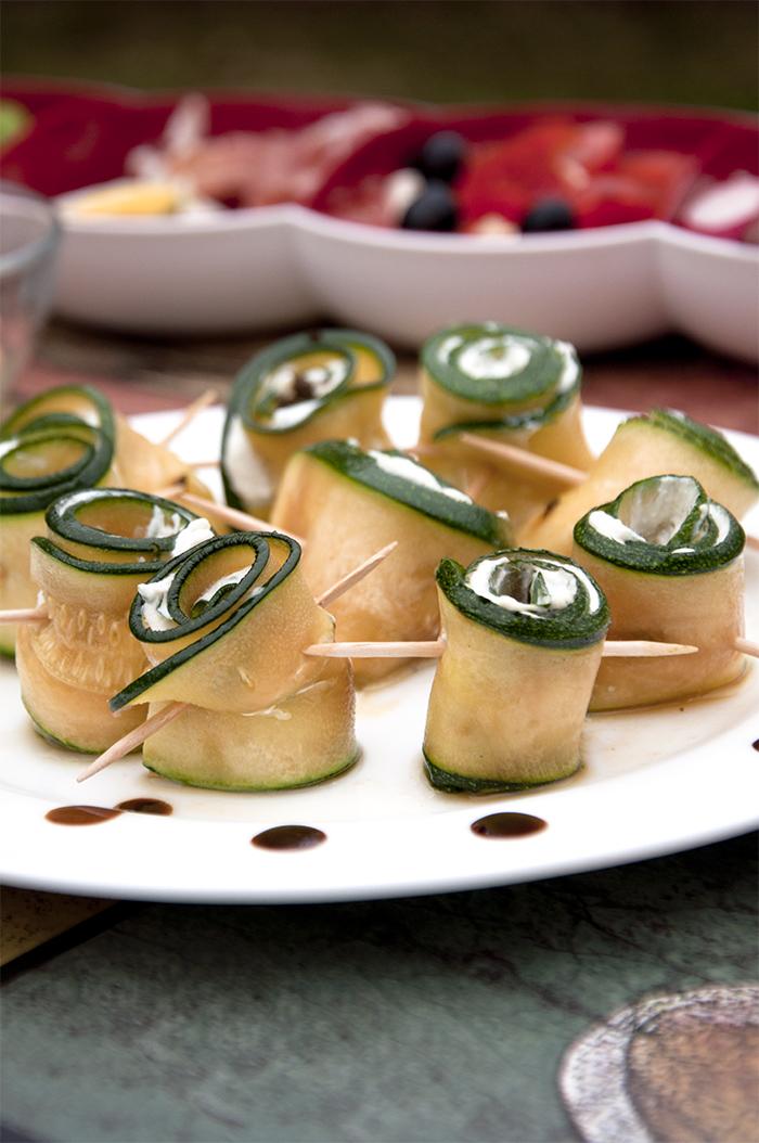 Bild von eingerollten Zucchini mit Ziegenfrischkäse bestrichen
